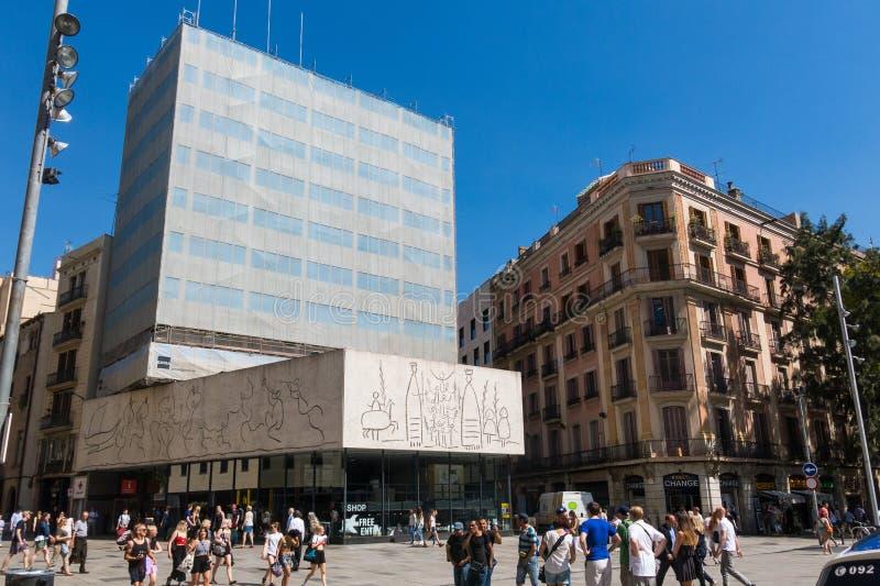 O ` s de Pablo Picasso frize, oposto à catedral Barcelona, Spain foto de stock