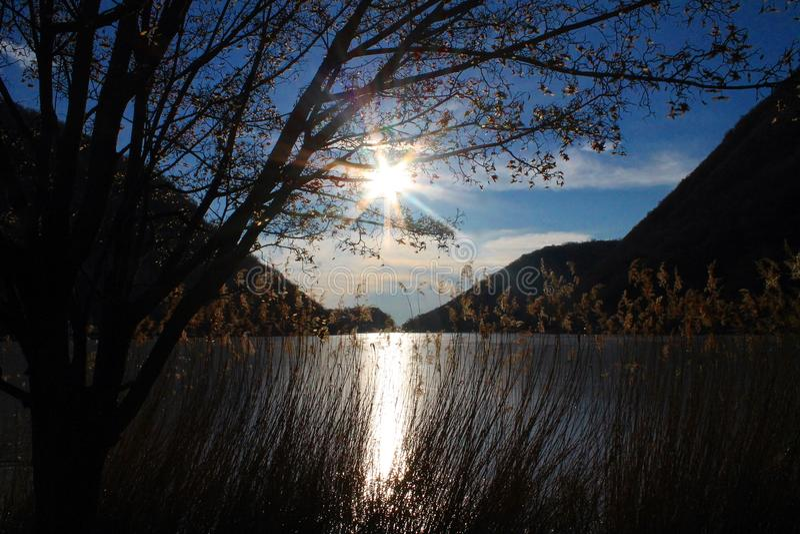 O ` s de Segrino congelou o lago em Lombardy foto de stock