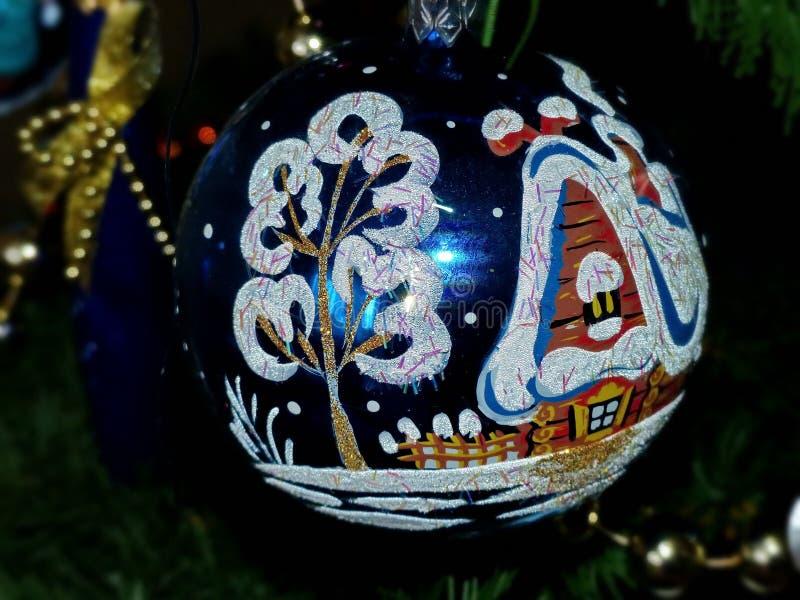 O ` s do ano novo brinca em ramos de uma pele-árvore Esfera de vidro, grânulos Pintado à mão, faculdade criadora Fundo comemorati foto de stock royalty free
