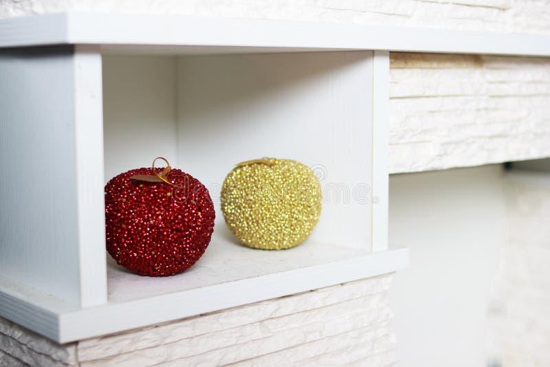 O ` s do ano novo brinca na prateleira esferas foto de stock royalty free