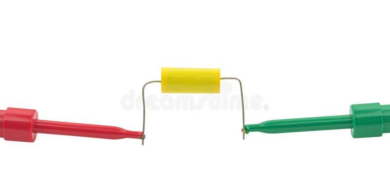 O ` s do eletricista sonda o capacitor dos testes imagem de stock