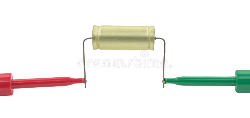 O ` s do eletricista sonda o capacitor dos testes fotografia de stock