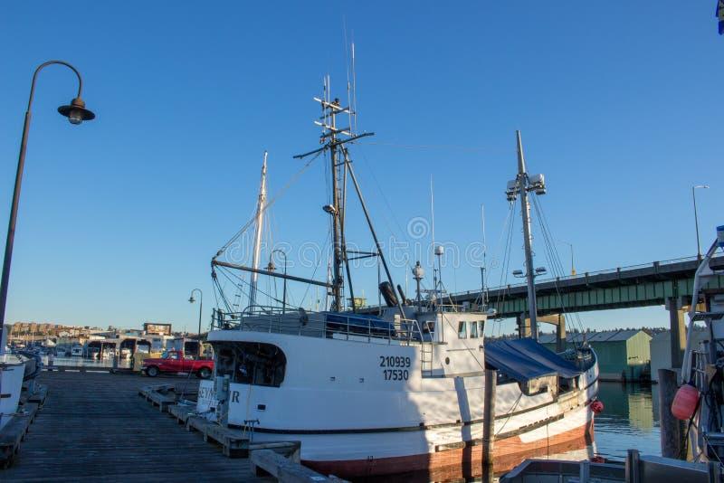 O ` s do palangreiro amarrou no terminal do ` s do pescador em Seattle Washington imagem de stock