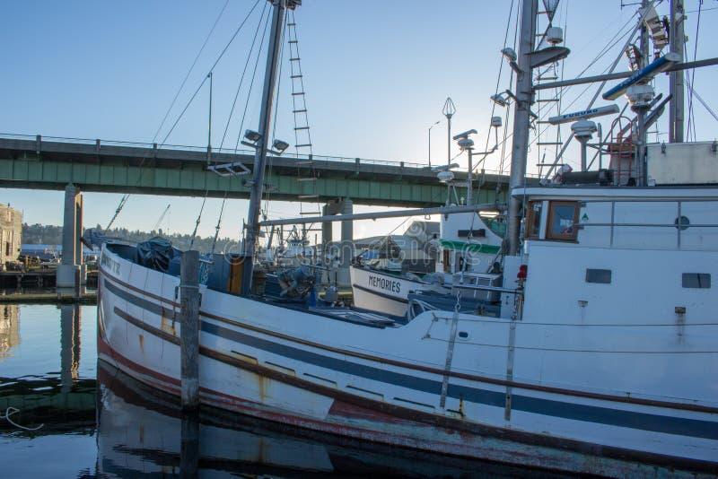 O ` s do palangreiro amarrou no terminal do ` s do pescador em Seattle Washington fotografia de stock