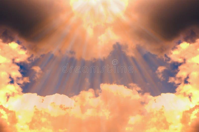 O ` s do sol irradia atrav?s das nuvens Fundo sombrio do céu imagens de stock