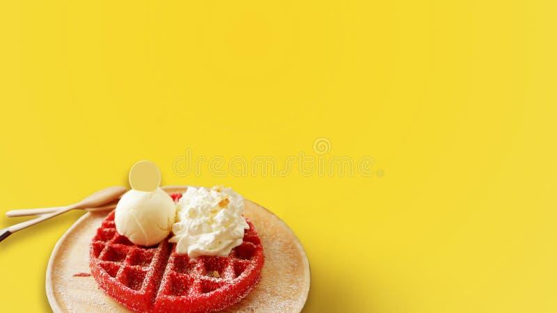 O sabor do waffle da morango serviu em uma bandeja de madeira no fundo amarelo fotos de stock royalty free