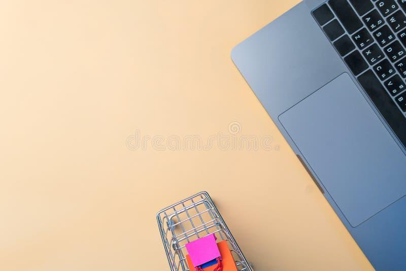 O saco de compras e o trole de papel coloridos vão para baixo da flutuação foto de stock