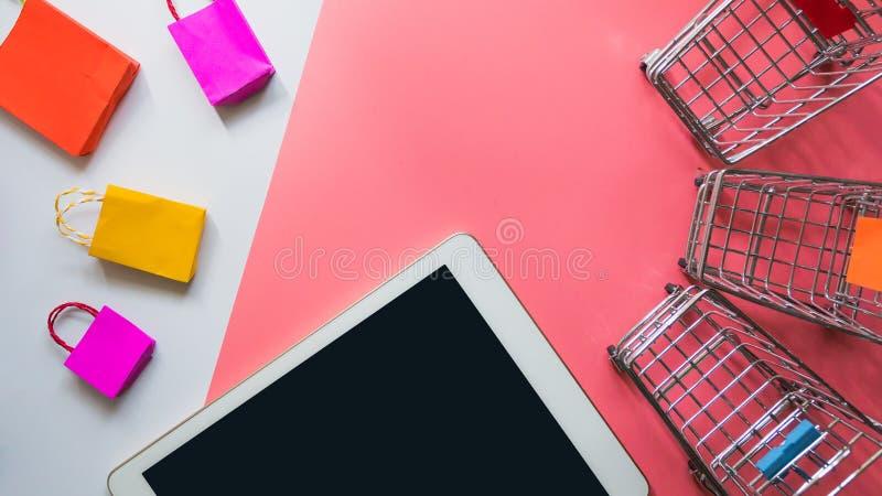 O saco de compras e o trole de papel coloridos vão para baixo da flutuação imagem de stock