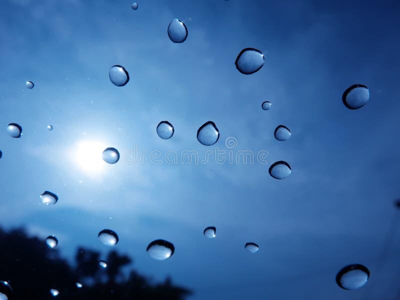 O saeason chuvoso fez um waterdrop colado na frente do carro imagens de stock