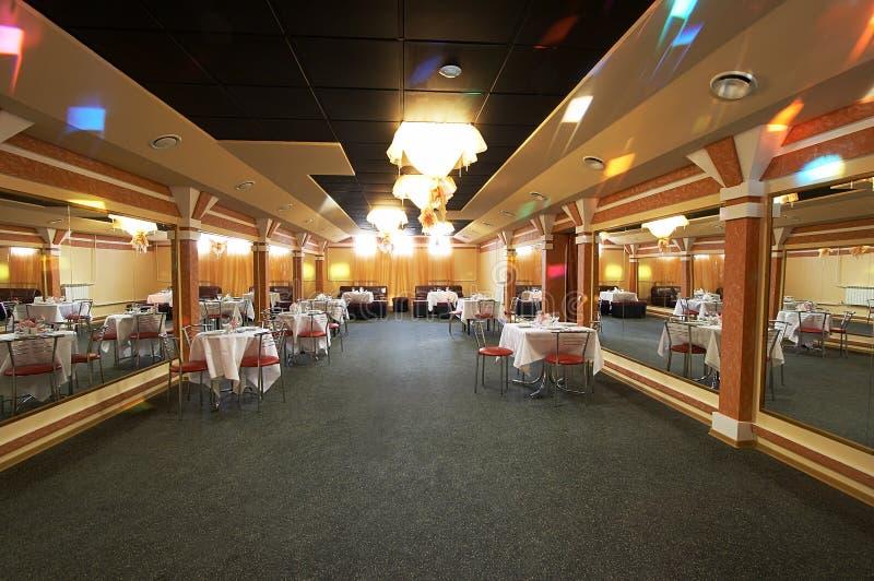 O salão grande do restaurante imagens de stock