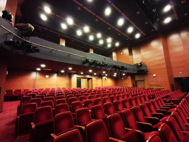 O salão vazio do teatro - luzes brilhantes fotografia de stock
