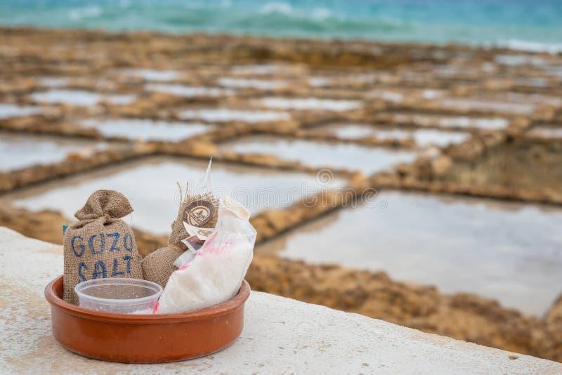 O sal dos Salinas ensaca pronto para a venda em Marsalforn Gozo imagens de stock