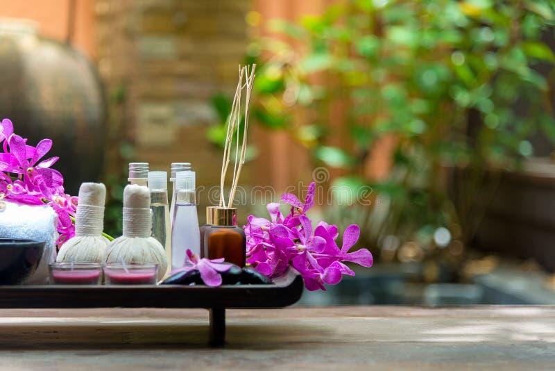 O sal e o açúcar tailandeses da terapia do aroma dos tratamentos dos termas esfregam e balançam a massagem com flor da orquídea foto de stock
