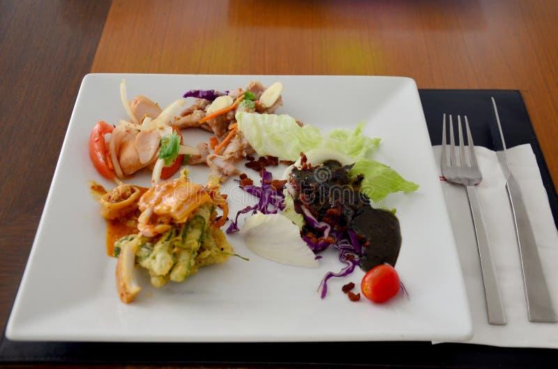 O saladwith vegetal ferveu a carne de porco com alho e Chili Sauce do cal fotografia de stock