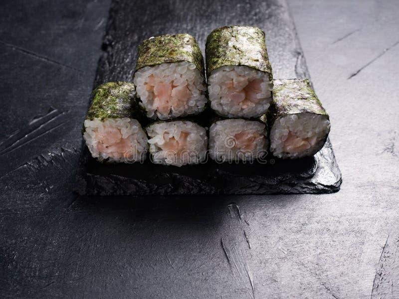 O salmão do sushi rola o restaurante oriental do alimento imagens de stock royalty free
