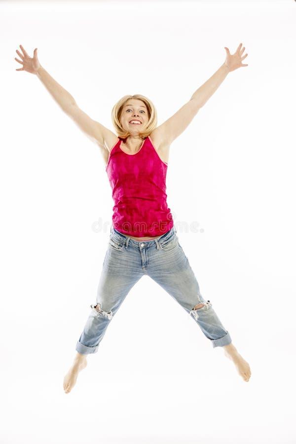 O salto da jovem mulher fotos de stock