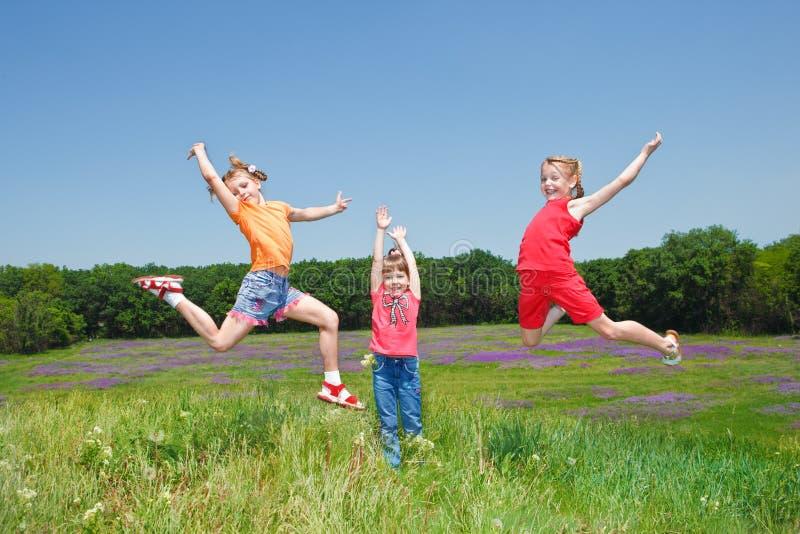 O salto das meninas foto de stock royalty free