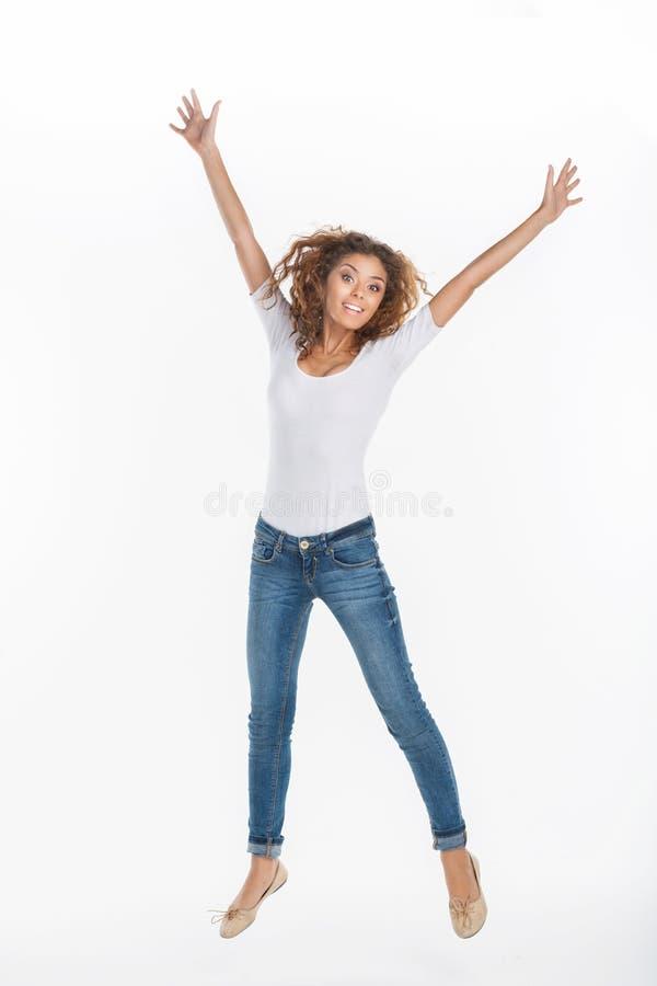 O salto das mulheres. Jovens mulheres felizes que saltam contra o backg branco fotografia de stock
