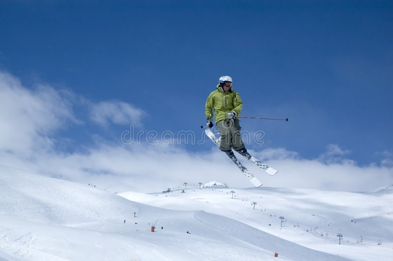 O salto do esquiador foto de stock