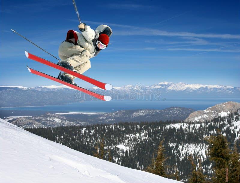 O salto do esquiador fotografia de stock royalty free