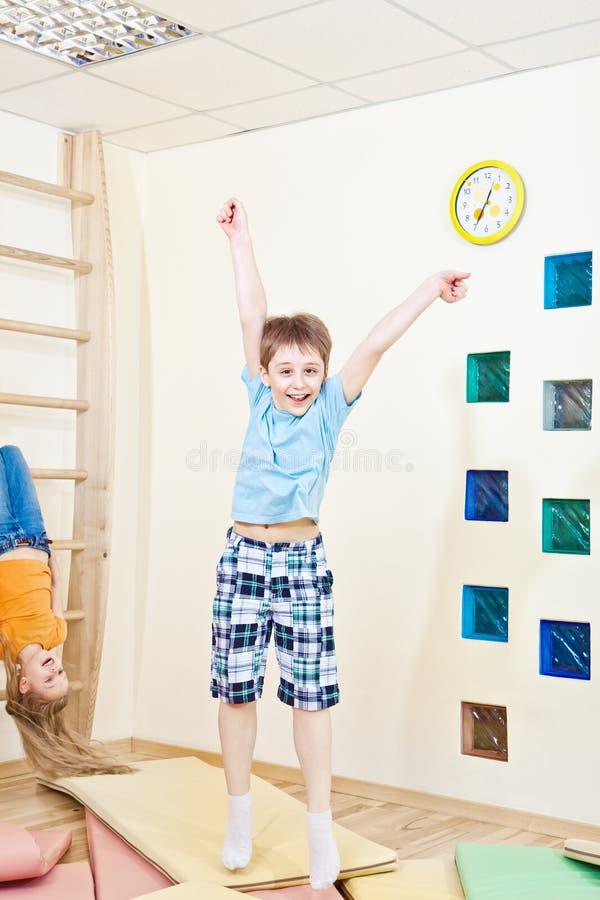 O salto do menino imagem de stock
