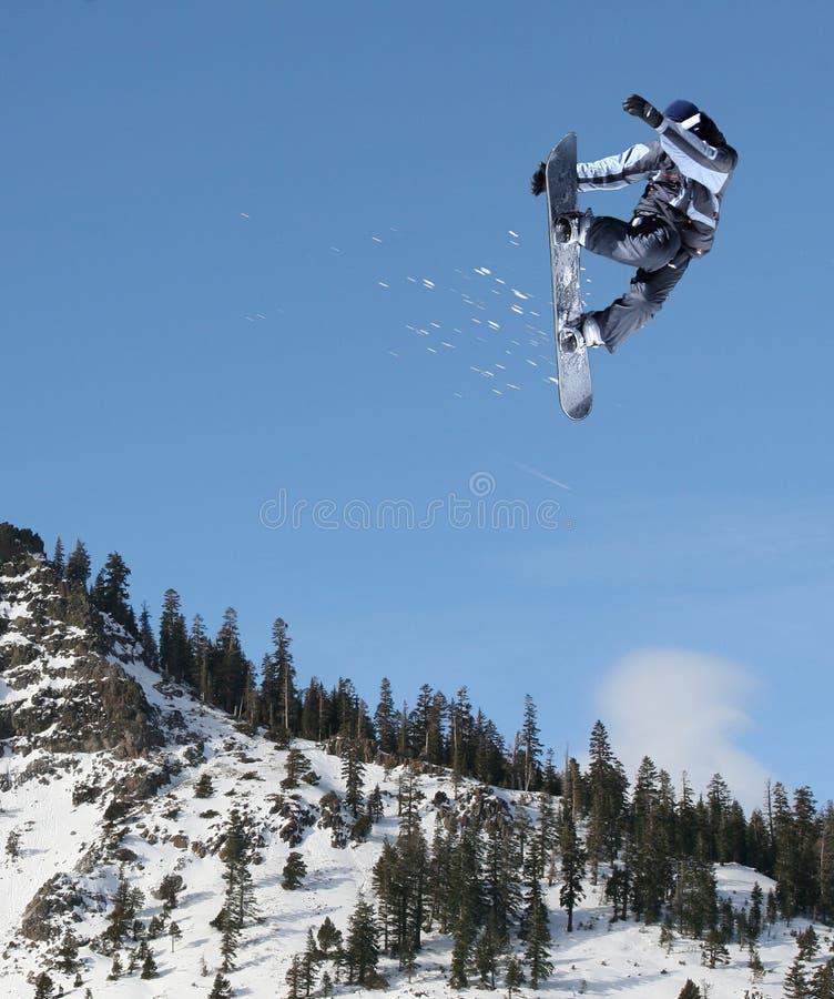 O salto do Snowboarder imagens de stock royalty free