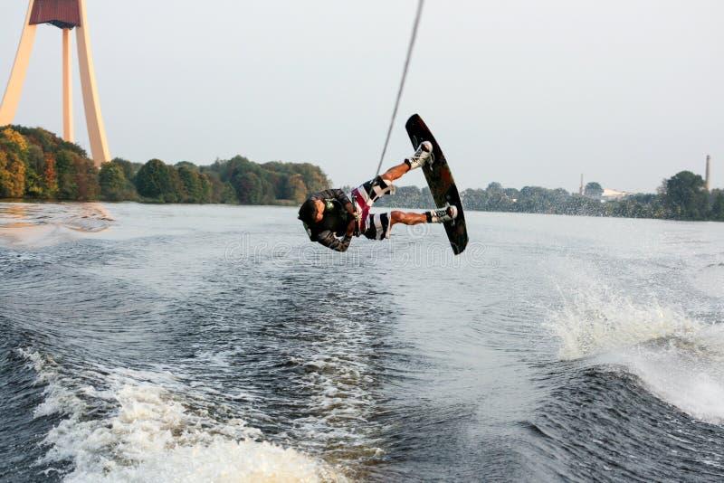 O salto do Wakeboarder de cabeça para baixo foto de stock royalty free