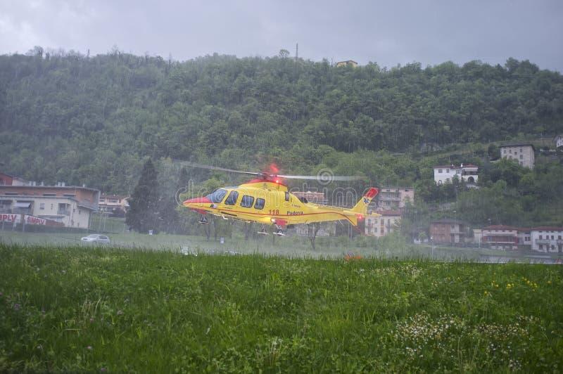 O salvamento por helicóptero decola do hospital sob a chuva pesada fotografia de stock