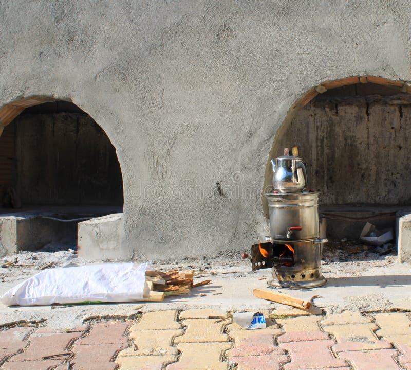 O samovar está cozinhando o chá no piquenique fotos de stock