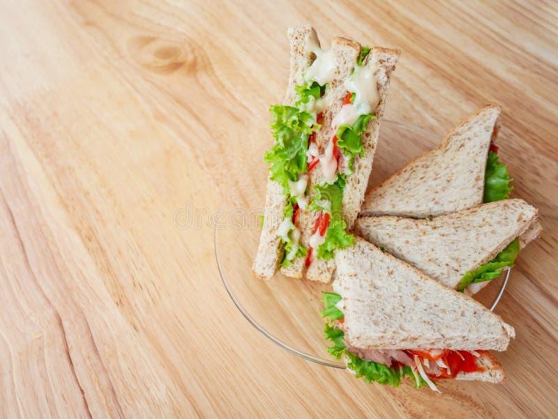 O sanduíche é colocado em uma placa de vidro imagens de stock
