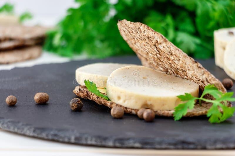 O sanduíche saudável com a salsicha dietética caseiro da galinha e o pão do multi-naco na ardósia embarcam fotografia de stock