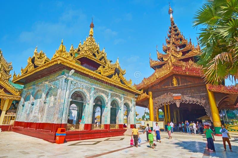 O santuário do norte da entrada e do espelho de Shwedagon, Yangon, meu imagem de stock royalty free