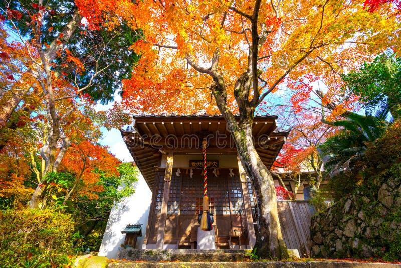 O santuário em Minoo Park com estação do outono em Osaka, Japão foto de stock royalty free