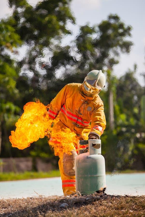 O sapador-bombeiro com fogo e o terno para protegem o bombeiro para sapadores-bombeiros de formação imagens de stock royalty free