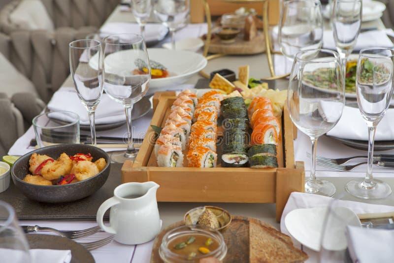 O sashimi classificou de seis tipos dos peixes em uma placa de madeira fotografia de stock royalty free