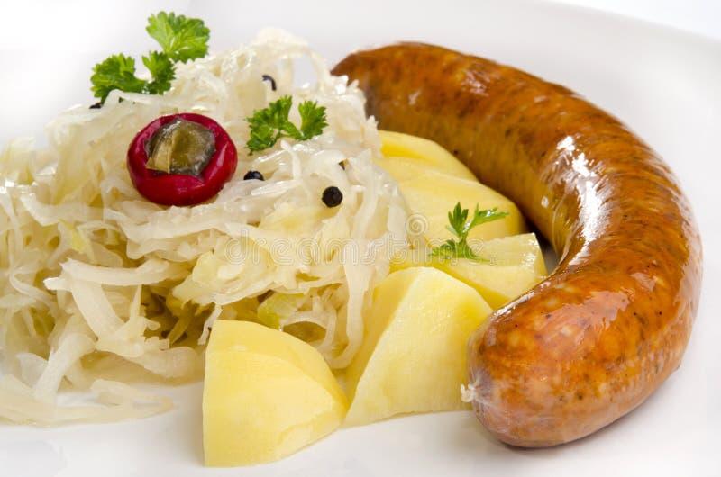 O Sauerkraut com macarronete e HOME fêz a salsicha foto de stock