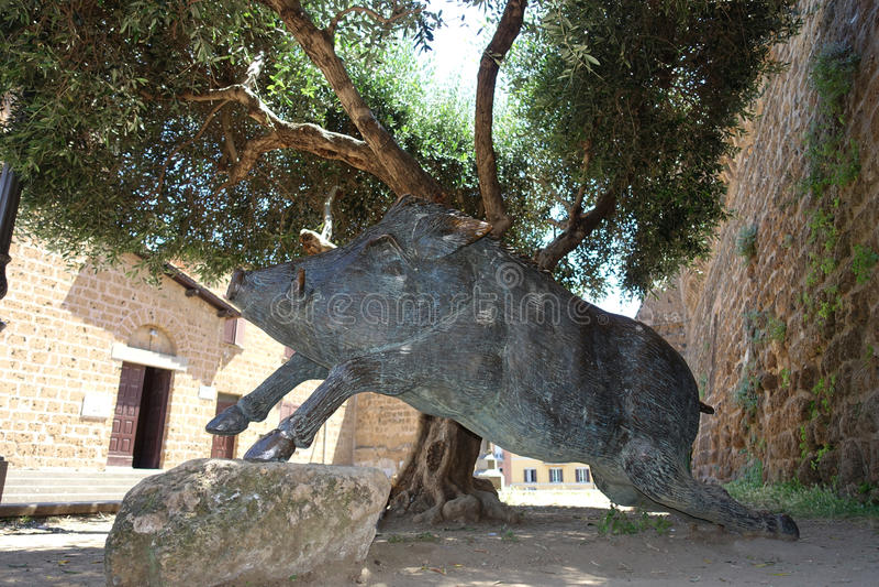 O scrofa do Sus do monumento do javali no quadrado de Cerveteri, um símbolo da culinária local imagem de stock royalty free