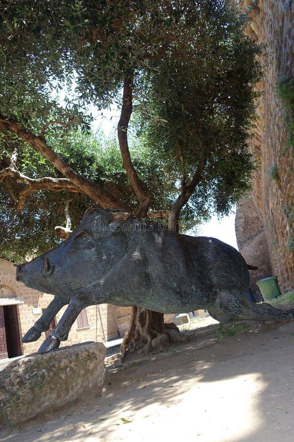O scrofa do Sus do monumento do javali no quadrado de Cerveteri, um símbolo da culinária local fotos de stock royalty free
