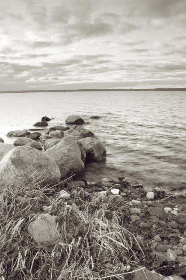 O Seascape apedreja a água imagem de stock