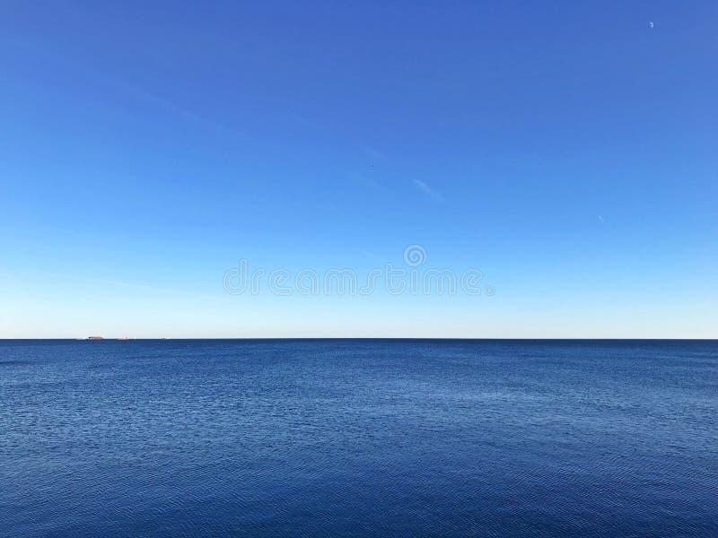 O seascape azul de Minimalistic com horizonte claro do contraste e ainda molha foto de stock royalty free