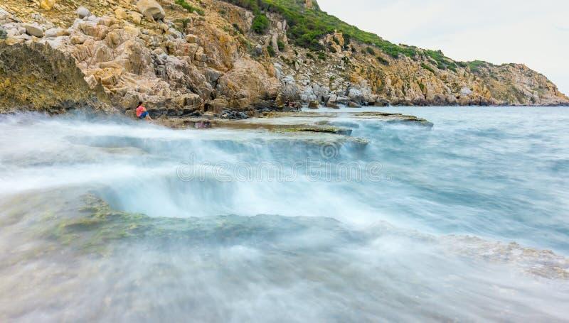 O seascape maravilhoso com mar acena batendo a grande rocha imagens de stock royalty free