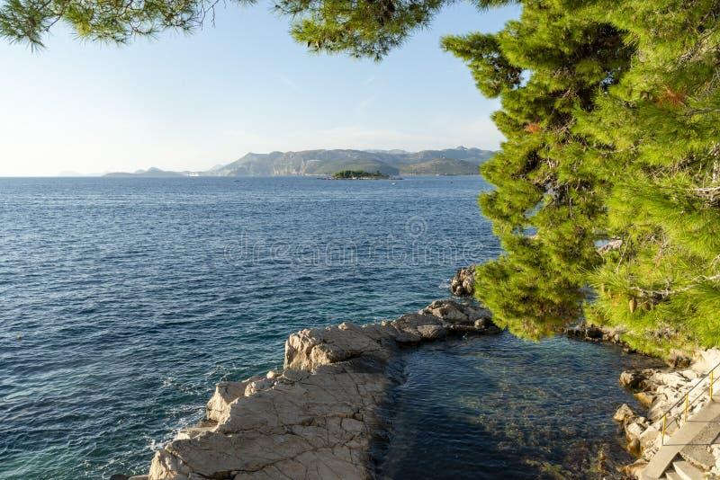 O seascape perto da cidade de Cavtat na Croácia imagem de stock royalty free