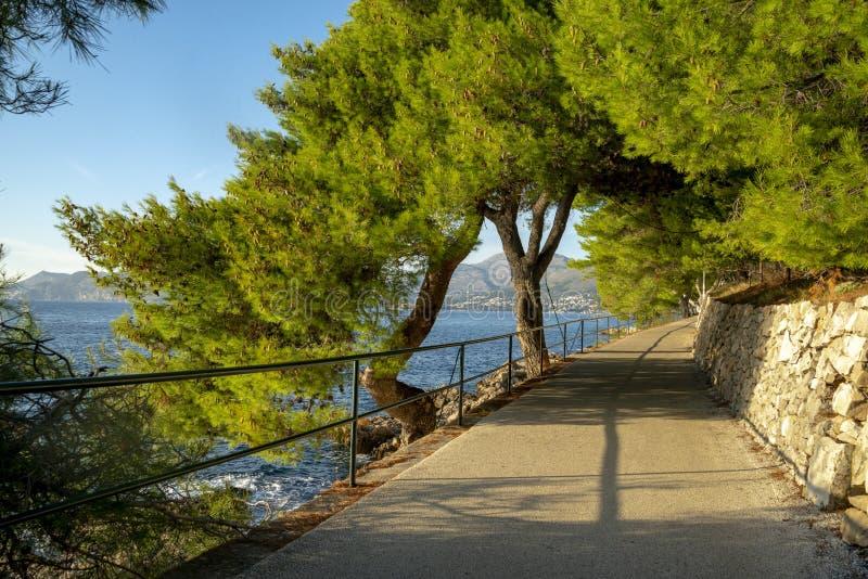 O seascape perto da cidade de Cavtat na Croácia imagens de stock