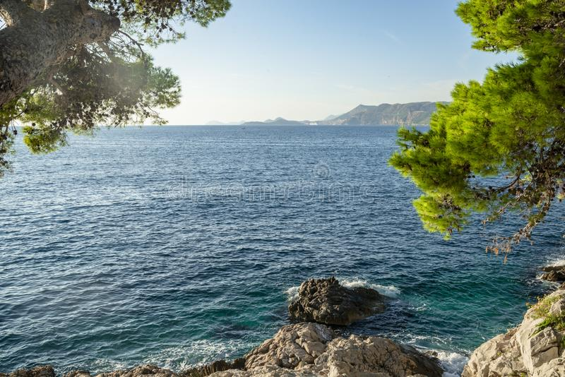 O seascape perto da cidade de Cavtat na Croácia foto de stock