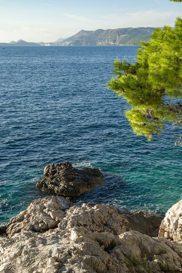 O seascape perto da cidade de Cavtat na Croácia fotos de stock
