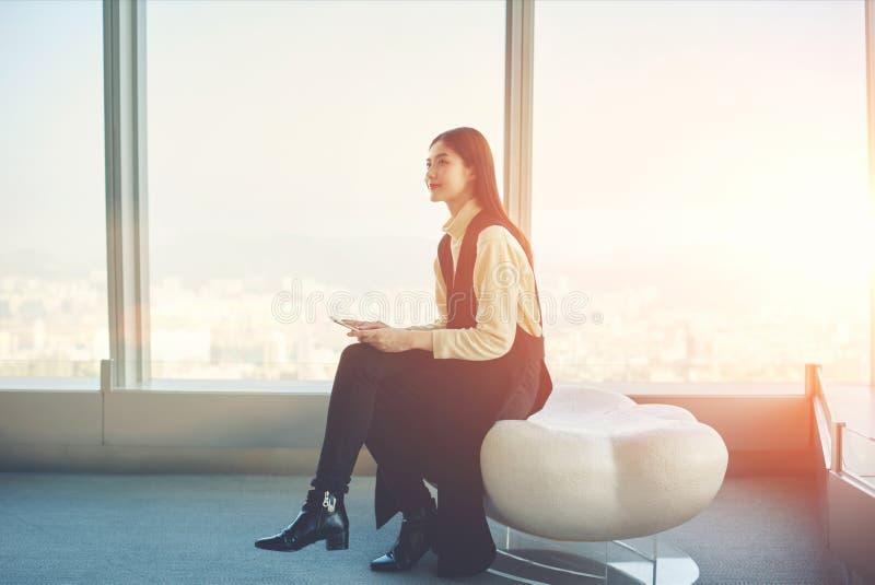 O secretário asiático novo da mulher de negócio com telefone celular nas mãos é conferência de escuta imagem de stock royalty free