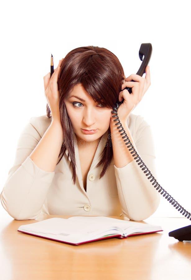 O secretário da menina trabalha no escritório, muita fala no phon fotos de stock