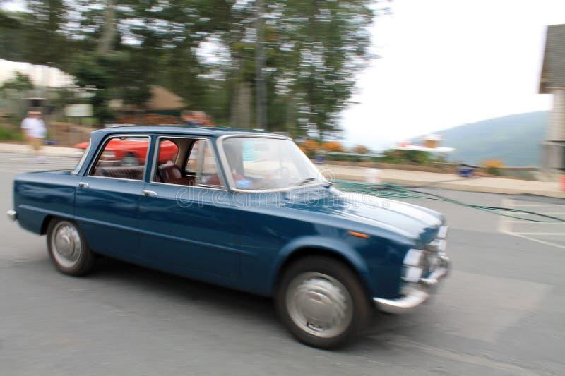 O sedan clássico do alfa jejua no movimento fotografia de stock royalty free
