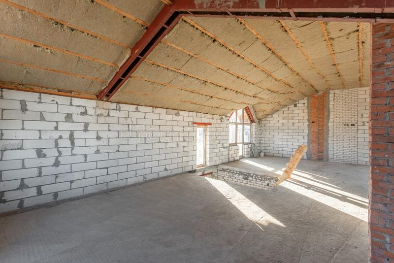 O segundo assoalho do sótão da casa revisão e reconstrução Processo de trabalho de aquecimento dentro da peça do telhado Casa fotos de stock royalty free