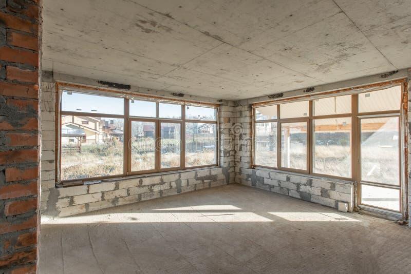 O segundo assoalho do sótão da casa revisão e reconstrução Processo de trabalho de aquecimento dentro da peça do telhado Casa fotografia de stock royalty free